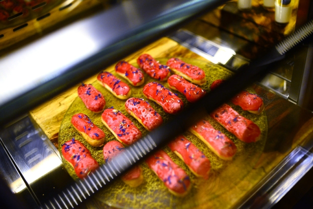 le-meridien-buffet-raspberry-coconut-eclair-review-by-gourmet-adventures